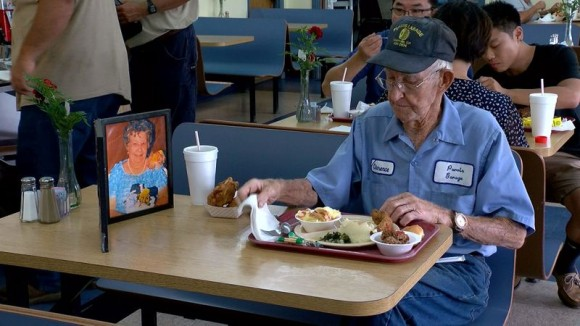 いつも2人でこうしていたから。長年連れ添った亡き妻の写真をかたわらに毎日食事をする93歳男性