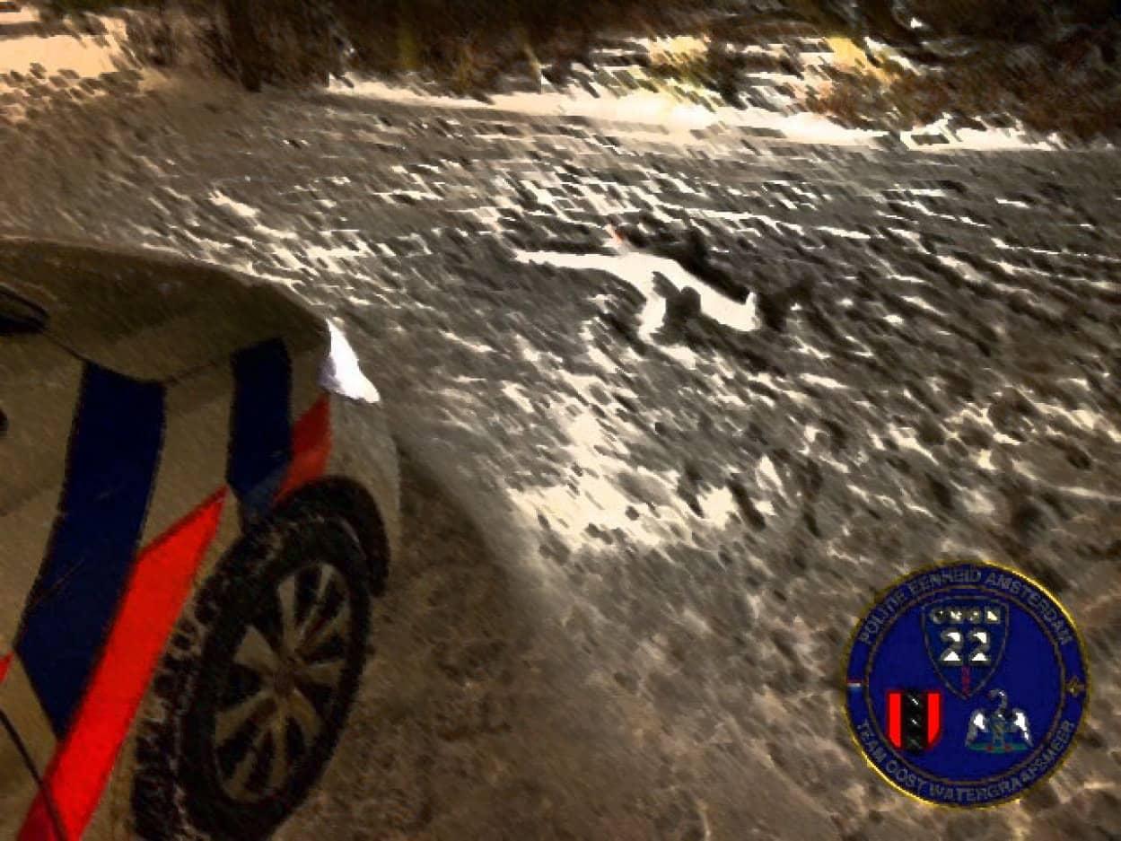殺人事件か?事故か?雪の上に横たわる人らしきもの、その正体は?