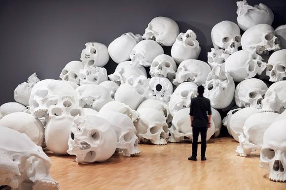 巨大な頭蓋骨がゴーロゴロ。ハイパーリアリズム彫刻家による頭蓋骨ゴロゴロアートが圧倒的大迫力
