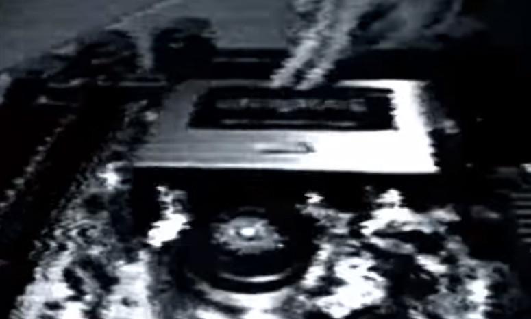 呪いのビデオなのか?古いVHSテープに残されていた不可解で恐ろしいモノクロ映像(閲覧注意)