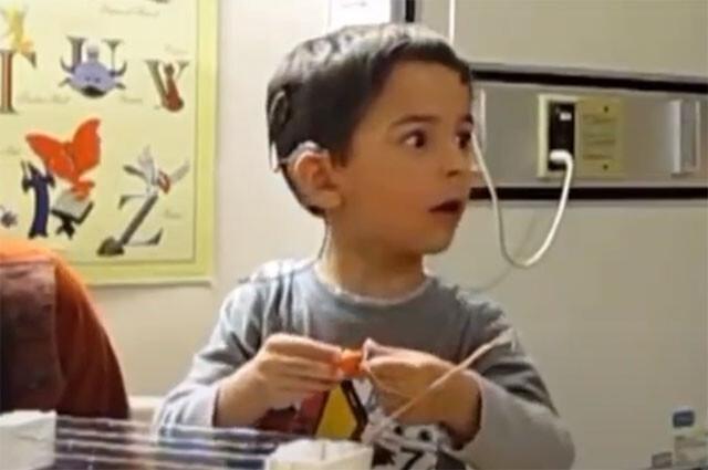 耳が不自由な少年が初めて音を聴いた時の反応