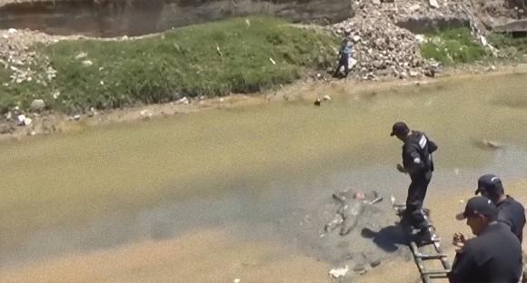 溺死体にしか見えない!泥だらけで川に浮かんでいた酔っ払い男性、無事保護される