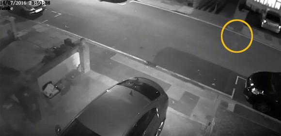 知ってた。こいつうちにいるヤツだ。監視カメラ映像がとらえた自宅前の道路でうろちょろする幽霊らしきもの(イギリス)