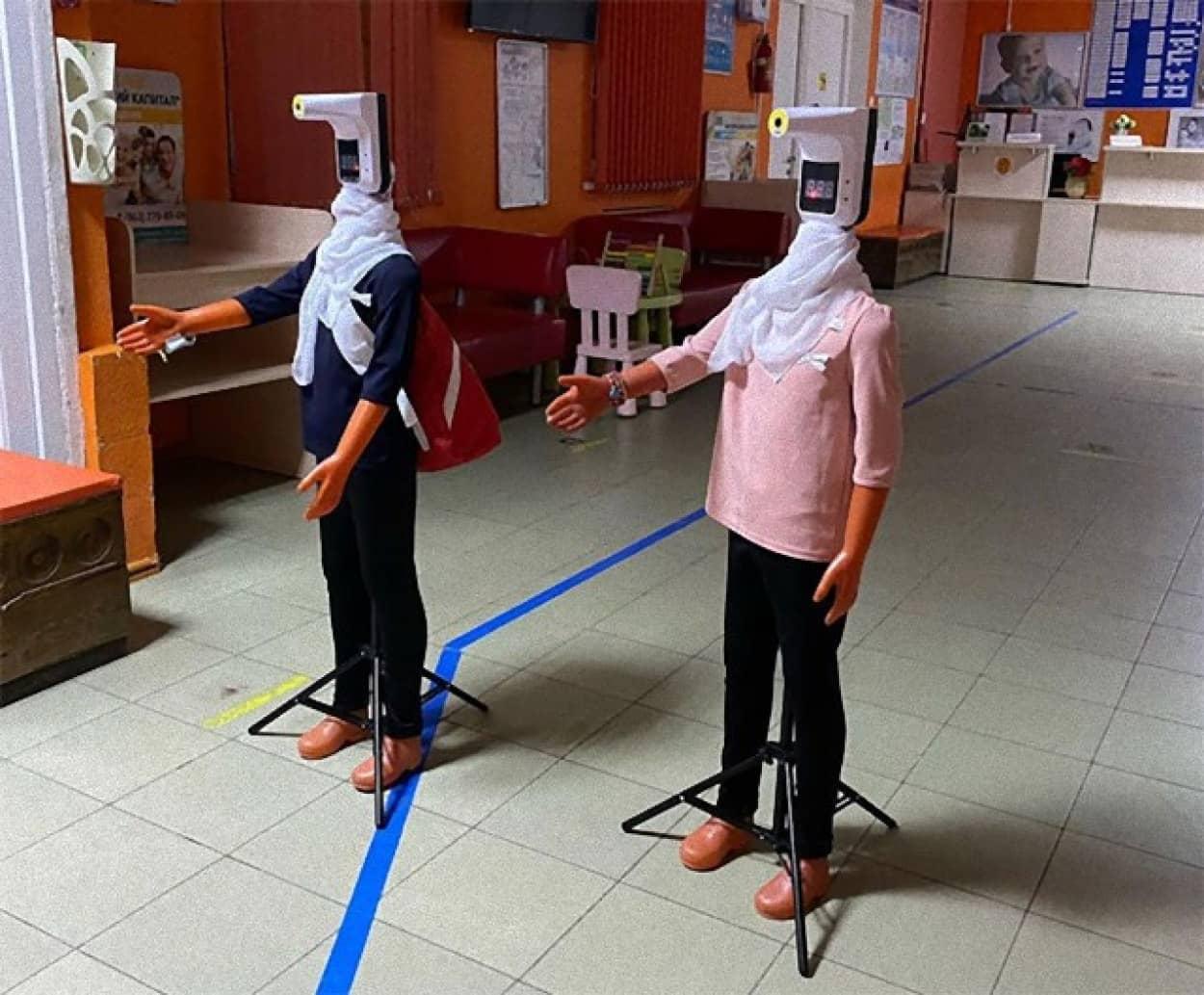 子供たちの検温と消毒をするダミーロボット