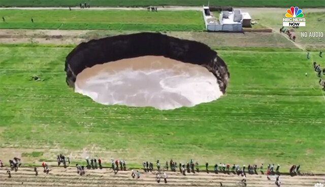 メキシコで突然の轟音と共に巨大な陥没穴が出現!その直径は80メートル