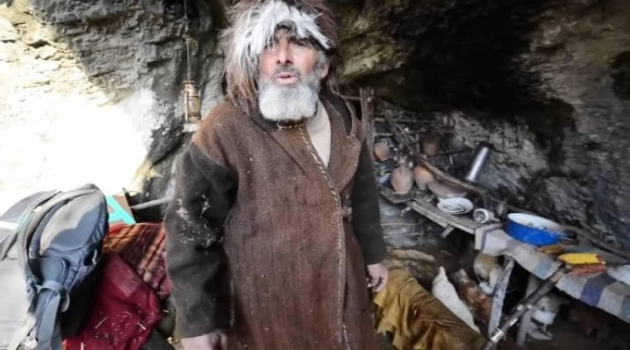 20年間洞窟暮らしで新型コロナの存在を全く知らなかった男性が、山を下りてワクチン接種を受ける