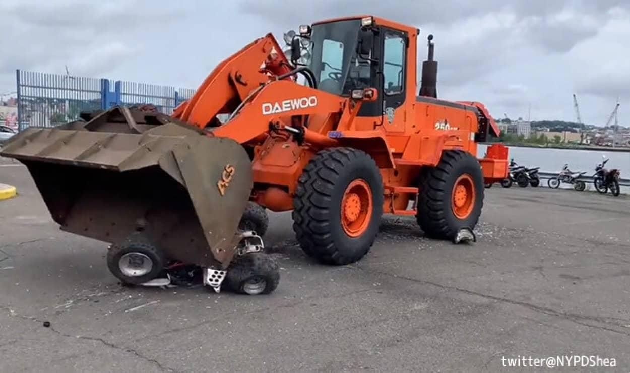 見せしめのため違法改造車を重機で叩き潰す映像を公開したニューヨーク市警