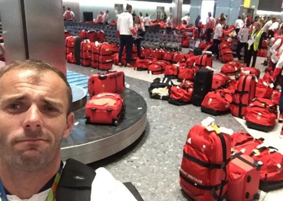 俺の赤いバッグどこ?ってわかるかー!同じバッグが大量に並ぶ、イギリスの空港で起きたオリンピック選手たちの悲劇