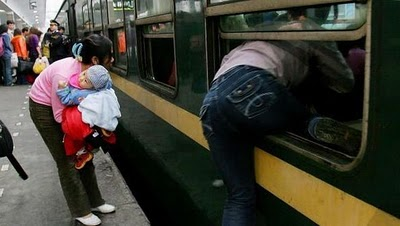 crowded_train_stations_in_china_21