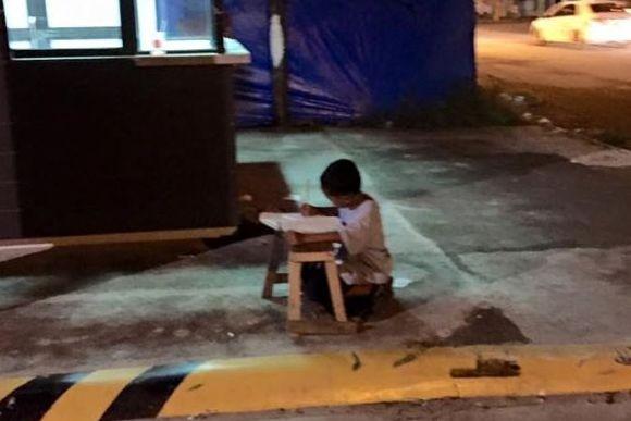 ホタルの光ならぬマクドナルドの光。マクドナルドの照明を頼りに路上で勉強していた少年に世界が感動(フィリピン)