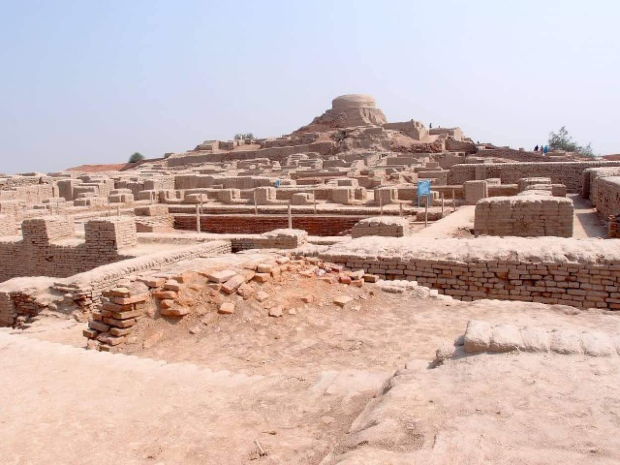 2560px-Mohenjodaro_-_view_of_the_stupa_mound_e