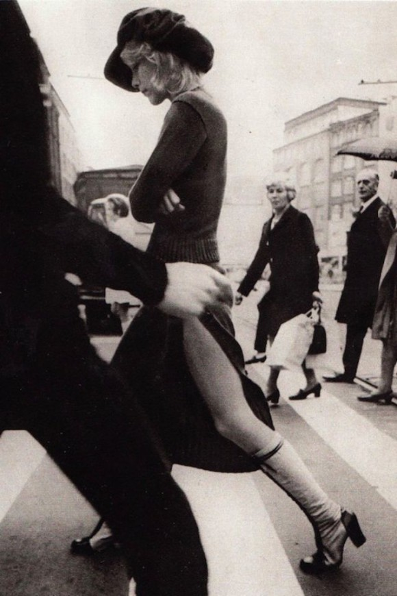 ヒッピー時代を象徴する、1970年代前半の西洋女性のストリートファッション写真