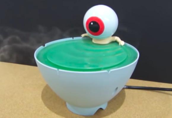 いい湯加減じゃ。茶碗風呂からミストが立ち上る!目玉おやじの入浴シーンを再現した加湿器が間もなく発売