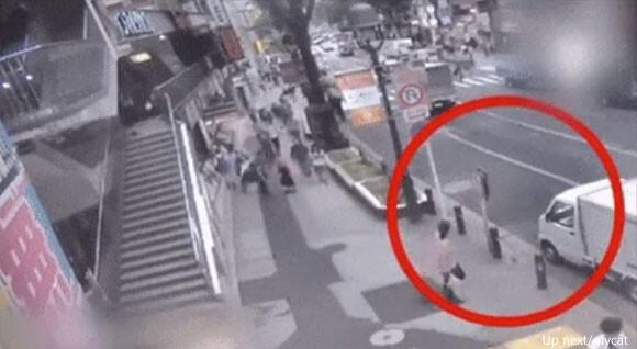 テレポート?道路標識から突如現れた男性の姿が監視カメラにとらえられる