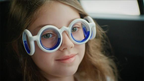 ただかけるだけで乗り物酔いを防ぐことができる!シトロエン社が開発した「シートロエンメガネ」
