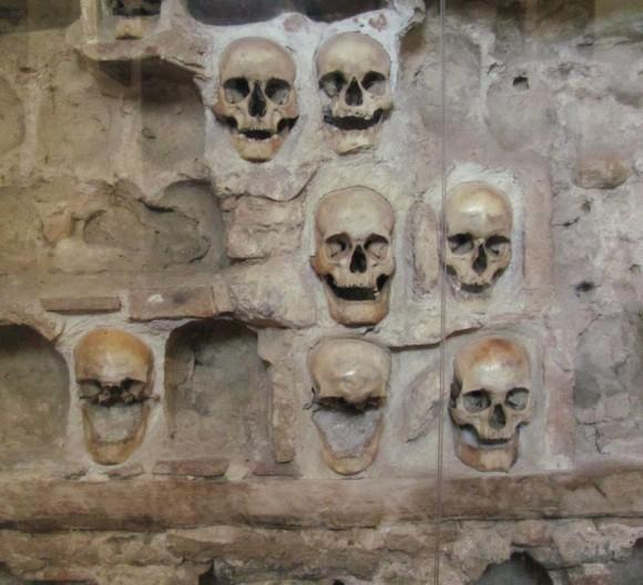 兵士たちの頭蓋骨が埋め込まれた不気味な石造りの塔。セルビアにある「チェレ・クラ」
