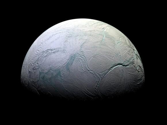 土星の衛星「エンケラドゥス」に生命が誕生している可能性。噴出する水蒸気に水溶性の有機物を確認(NASA)