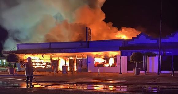 コロナの影響で自分の店に火をつけた店主