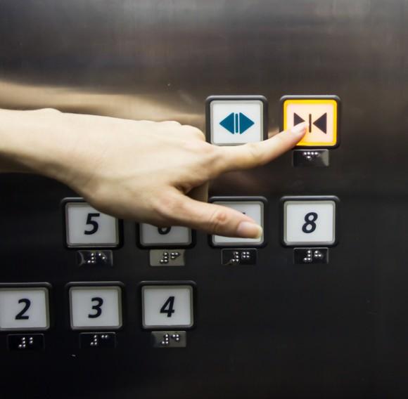 知ってた?アメリカのエレベーターの「閉」ボタンは押してもほとんど機能しない。その理由とは?
