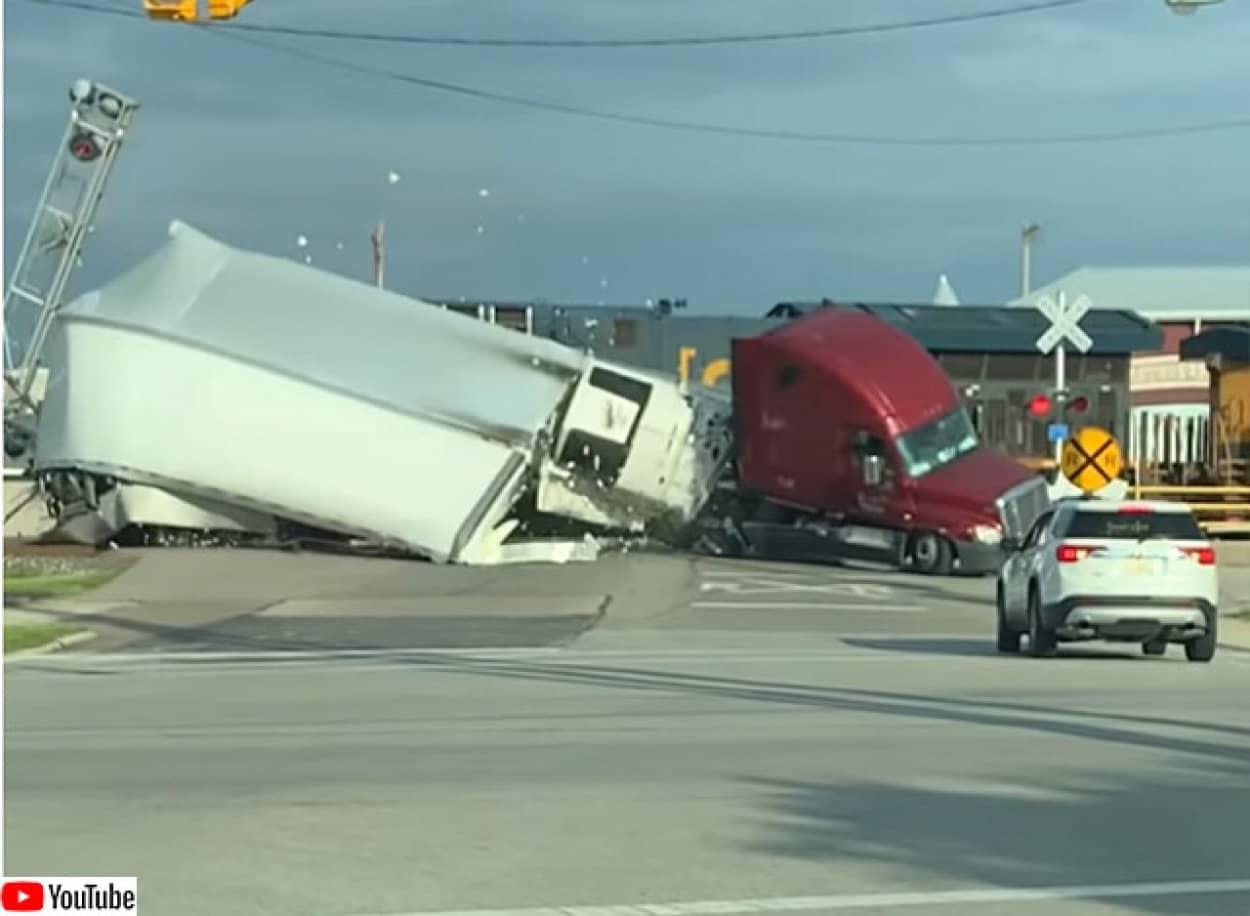 貨物列車と大型トラックの衝突事故
