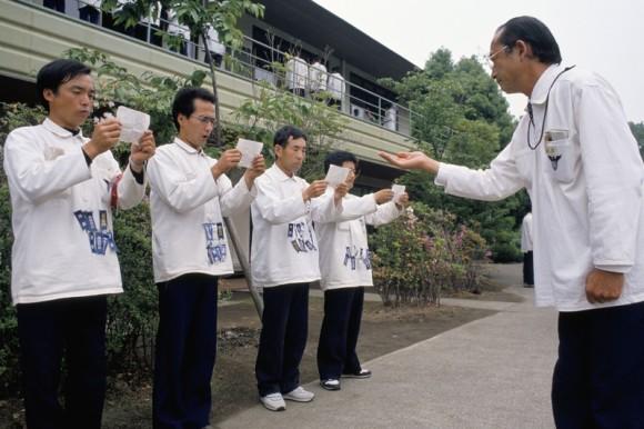 アメリカのテレビ局が報じた、バブル時代の日本企業が行っていた地獄のキャンプ「管理者養成学校」の密着取材映像