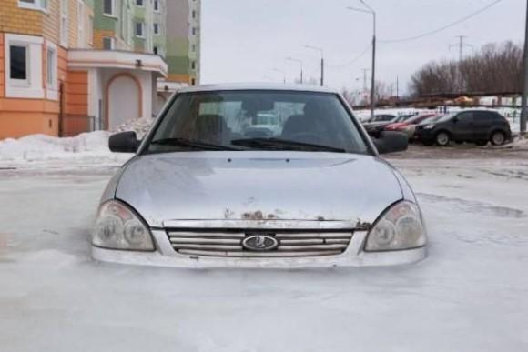 完全凍結!水没したあげく凍り付いてしまった車のある風景