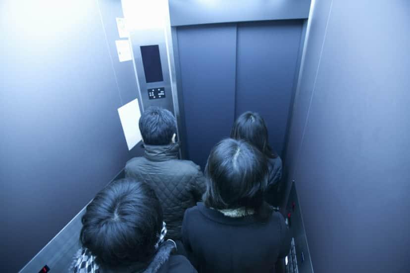 エレベーターで繊維が付着
