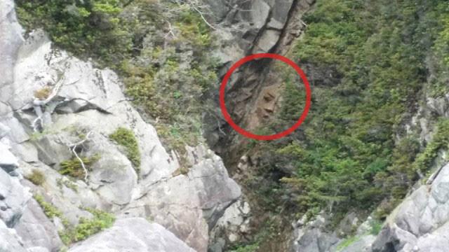 カナダの断崖で発見された人面岩