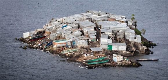 家で埋め尽くされて地面が見えない。世界一人口密度が高い小さな島、アフリカ・ミギンゴ島
