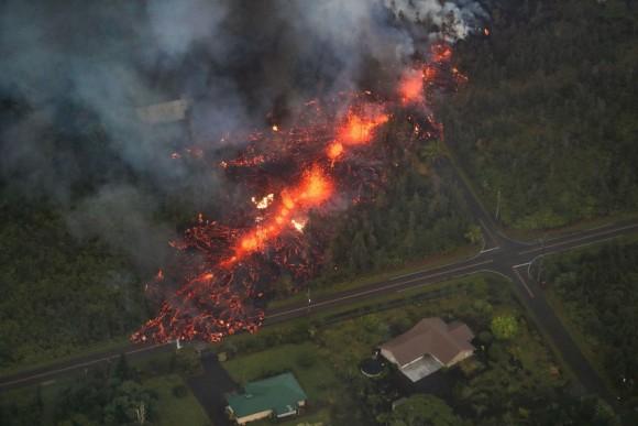 激しい噴火を繰り返す、ハワイ島キラウエア火山。なぜハワイの人々は溶岩の前に植物を置くのか?