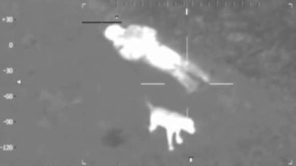 氷点下の中、沼にはまって身動きが取れなくなった飼い主のそばを7時間離れなかった犬。両者とも無事救出(イギリス)