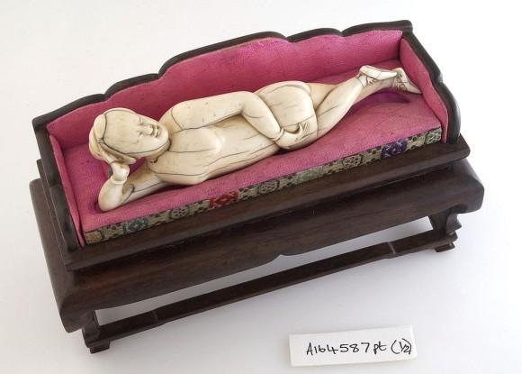 女性が男性医師から直接診察が受けられない時代に使用された医療人形とその使い方(中国)