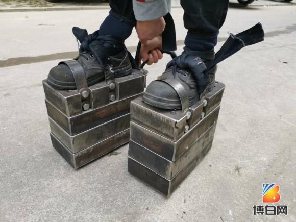 総重量150kgの鉄製の靴を履いてトレーニングする男性