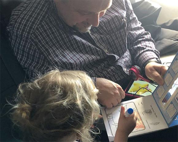 初めての飛行機の中で子どもが大騒ぎ!そこに救世主現わる。飛行中ずっと子どもたちの面倒を見てくれたおじさん(アメリカ)