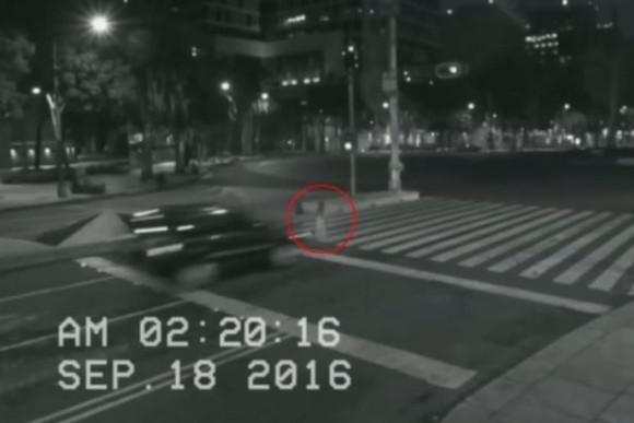 典型的な貞子スタイルだけど・・・突如現れ走行中の車の正面に立ち透過する少女の幽霊(メキシコ)