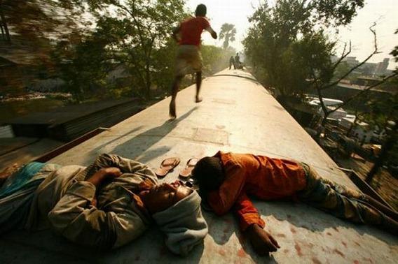 harrowing_bangladesh_train_hopping_images_19