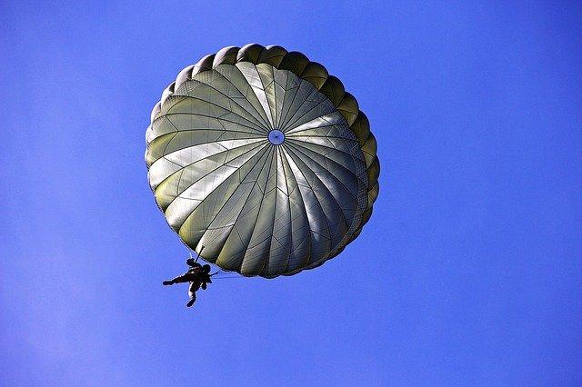 軍事演習によるパラシュート訓練着地失敗。民家の屋根を突き破る