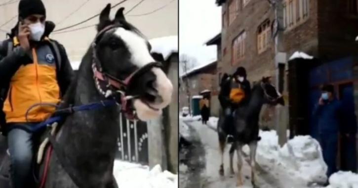 馬に乗って荷物を運ぶAmazonの配達人