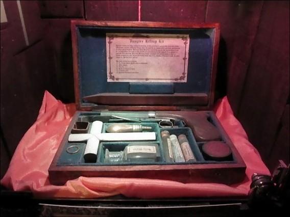 real_vintage_vampire_killing_kits_640_16_e0