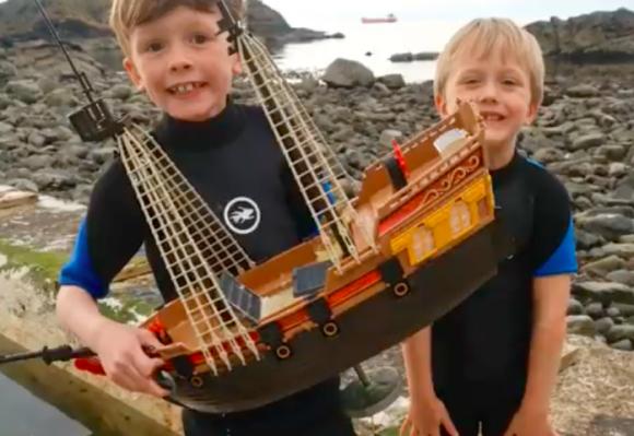 兄弟の夢をのせて大海原へ。1年前に出航したおもちゃの海賊船「アドベンチャー号」が今も世界の海を冒険中