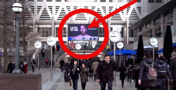 通行人の視線が女性の顔の傷を治す、最先端技術を駆使した英国のデジタル広告