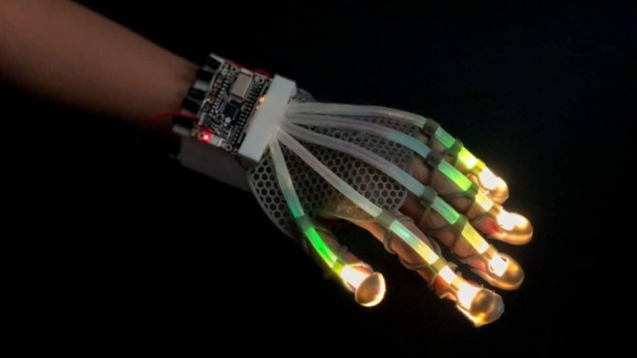 VRでも触れた感覚を得られるグローブが開発される