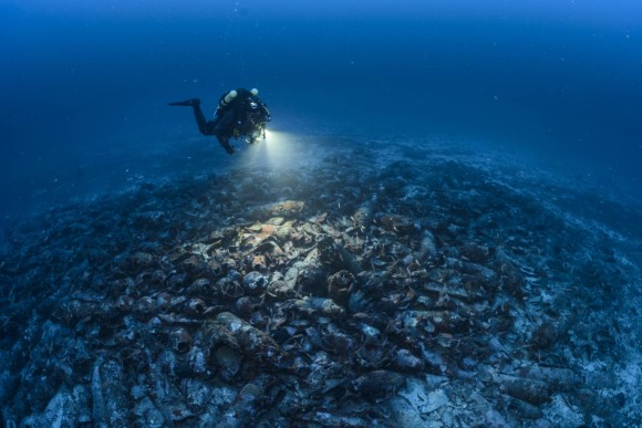 Hundreds-of-amphorae-cover-shipwreck_e