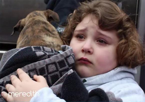 二度と会えないと思っていた子犬と再会した少女に奇跡のサプライズ