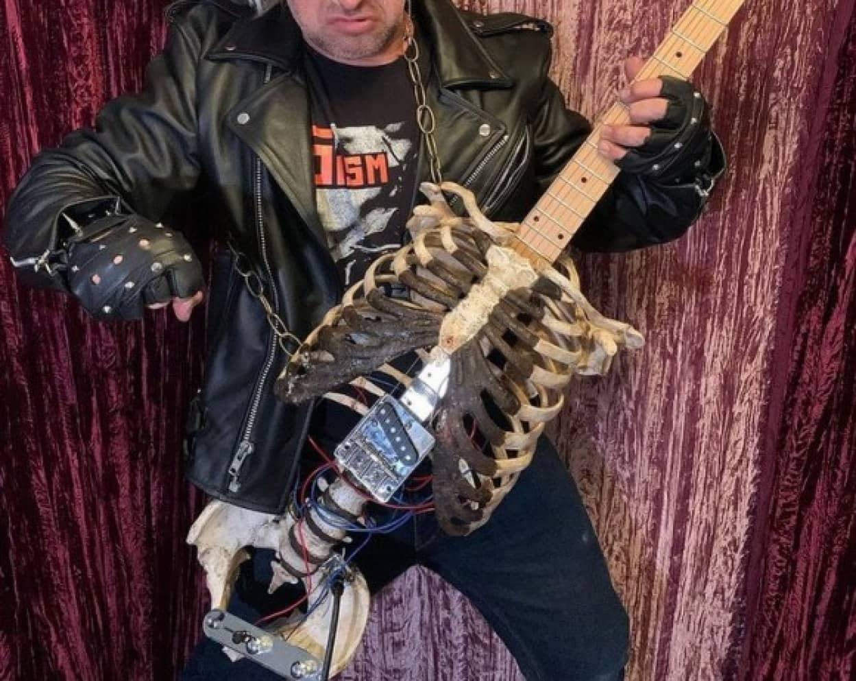 亡き叔父の遺骨をギターに