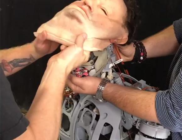不気味の谷への挑戦再び。最新型のロボットに顔をつけたところヤバイ感じに...