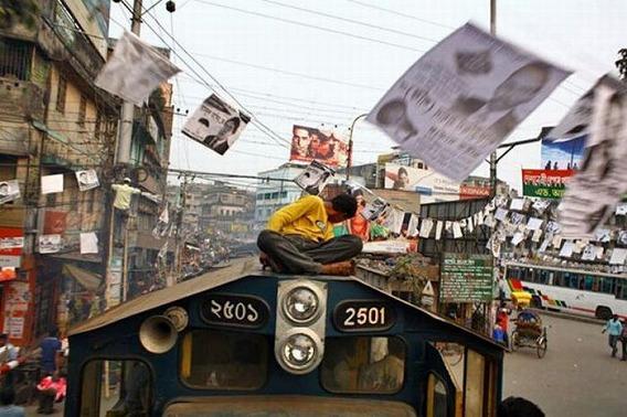 harrowing_bangladesh_train_hopping_images_15