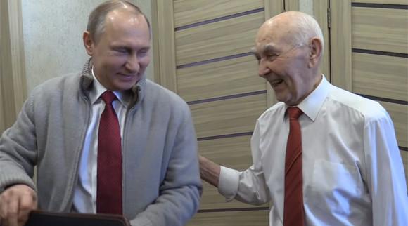 プーチン大統領がKGB時代の上司をサプライズ訪問、90歳の誕生日を祝う