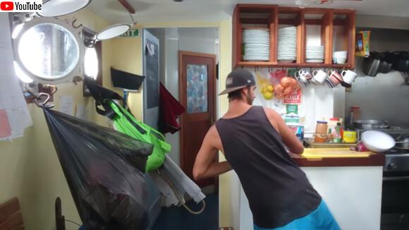 船での料理は揺れとの闘い。波に合わせてバランスを取りながらおいしい料理を作る船上の調理師
