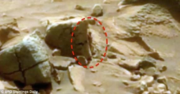 今度は小さいおじさんなのか?火星で小人が岩影からのぞき見している姿が発見される